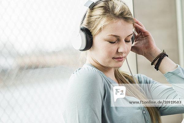 Entspannte junge Frau beim Musikhören