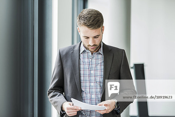 Geschäftsmann beim Lesen des Dokuments