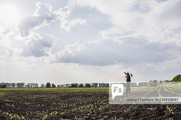 Bauer auf einem Feld stehend