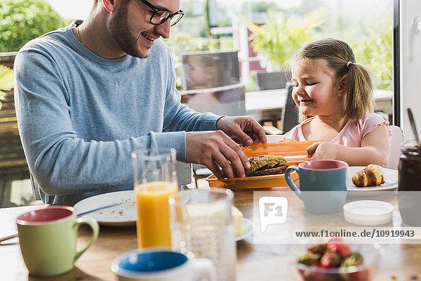 Vater und Tochter beim gemeinsamen Frühstück