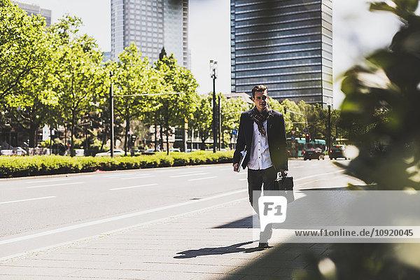 Junger Mann in der Stadt unterwegs