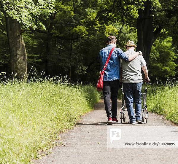 Rückansicht von Großvater und Enkel beim Wandern in der Natur