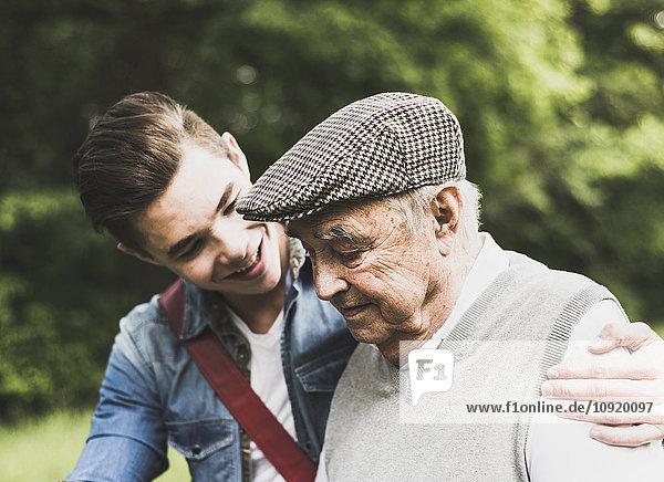 Senior Mann und sein Enkel in der Natur