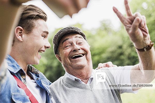 Großvater und Enkel nehmen Selfie mit Smartphone