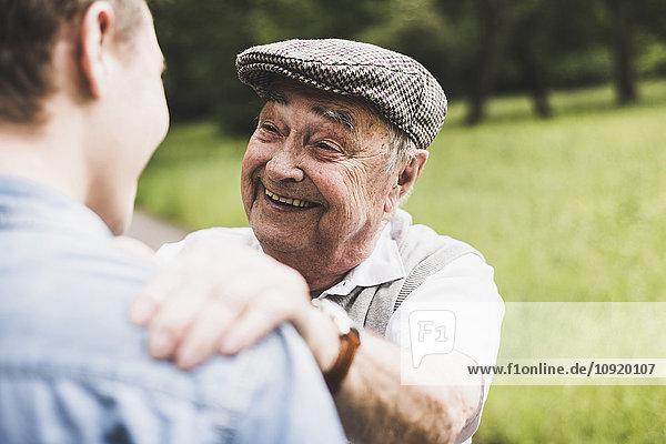 Porträt eines glücklichen älteren Mannes mit seinem Enkel