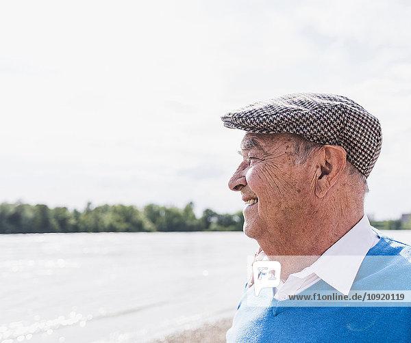 Lächelnder älterer Mann  der in die Ferne schaut