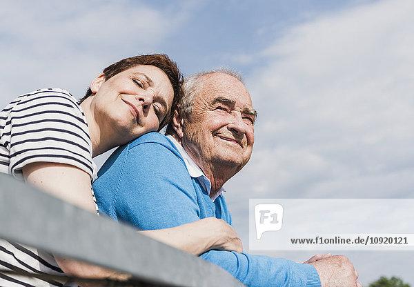 Glückliche Frau Kopf an Kopf mit seinem alten Vater