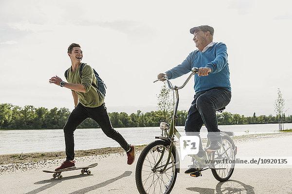 Großvater und Enkel beim gemeinsamen Spaß am Flussufer
