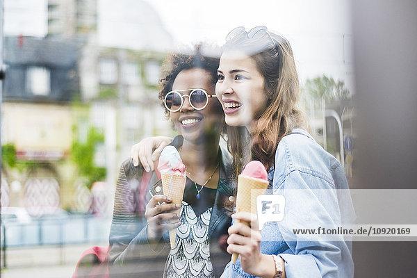 Zwei beste Freunde mit Eistüten