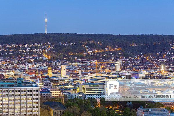 Deutschland  Stuttgart  Stadtbild mit Fernsehturm am Abend  blaue Stunde