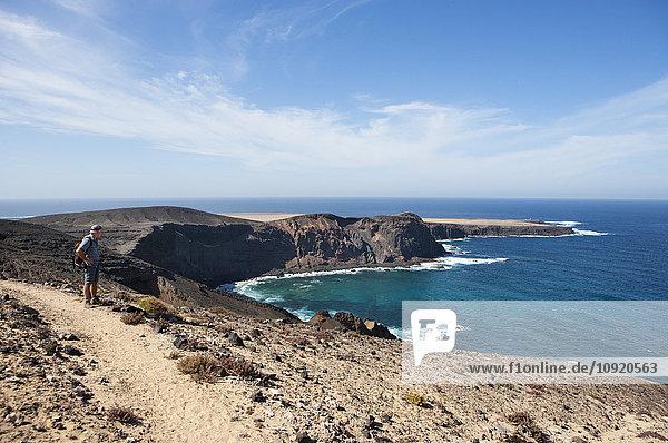 Spanien  Kanarische Inseln  Fuerteventura  Jandia  Wanderer auf der Suche nach Punta Pesebre