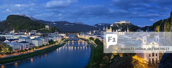 Österreich,  Salzburg,  Panoramablick auf Salzach,  Altstadt und Schloss Hohensalzburg,  blaue Stunde