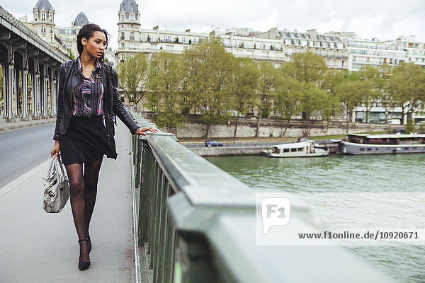 Frankreich  Paris  junge Frau geht auf Brücke