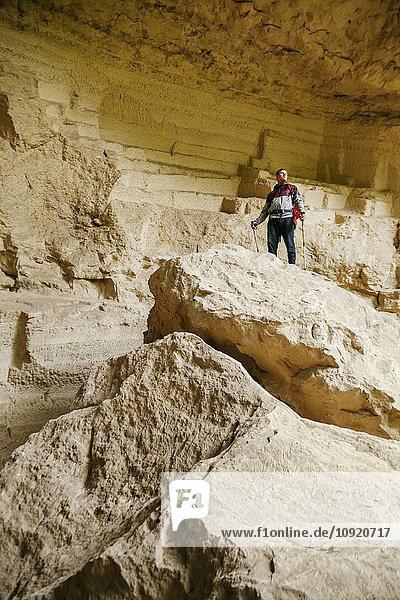 Serbien  Rakovac  junger Mann beim Wandern  Höhle  verlassener Steinbruch