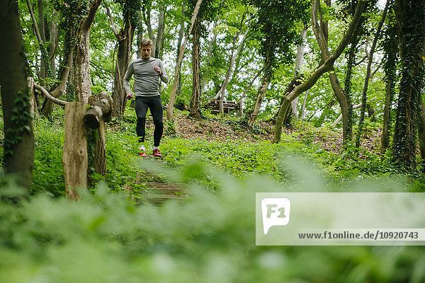 Junger Mann beim Training im Wald