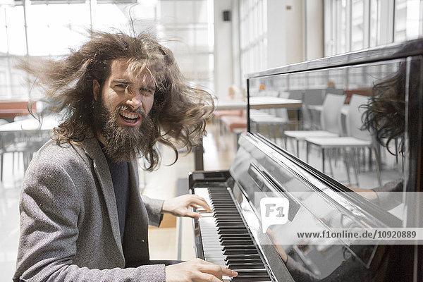 Junger Hipster spielt Klavier