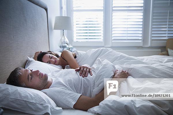 Ein ruhiges Paar  das im Bett schläft.