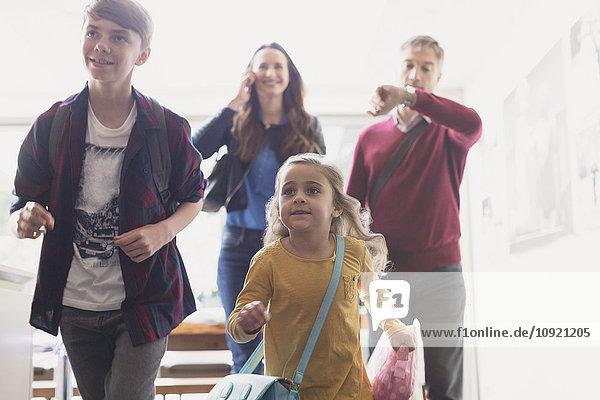 Familie hetzt aus dem Haus