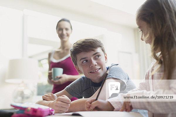 Bruder und Schwester bei den Hausaufgaben
