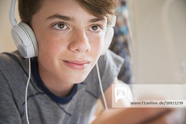 Nahaufnahme Junge mit Kopfhörer und Musik auf digitalem Tablett