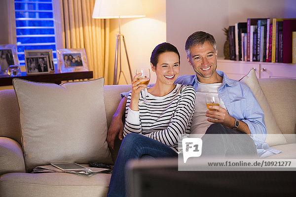 Paar Wein trinken und Fernsehen im Wohnzimmer