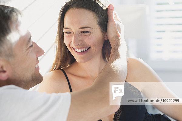 Lächelndes  liebevolles Paar