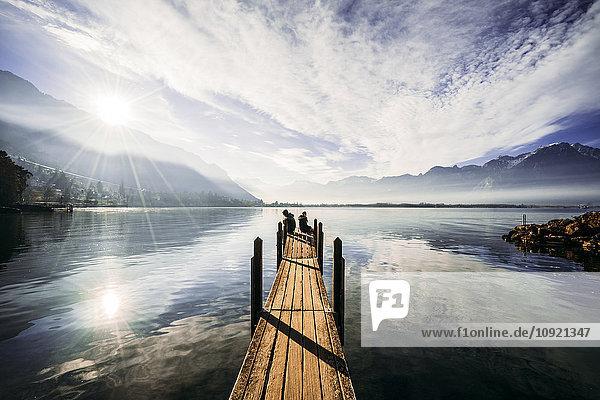 Paar am Rande des Docks über dem sonnigen  ruhigen See  Schweiz