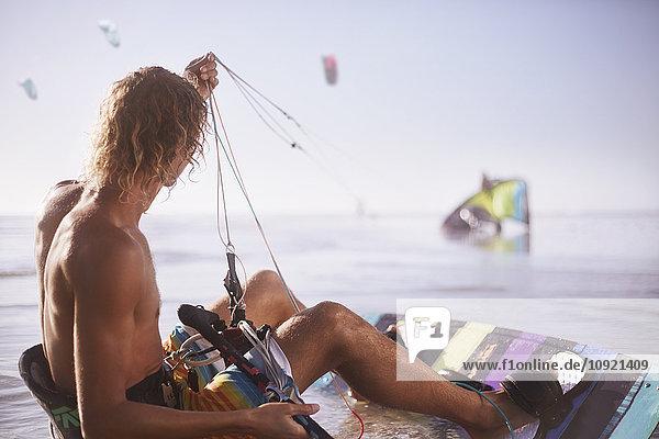 Mann bereit zum Kiten am Strand Mann bereit zum Kiten am Strand