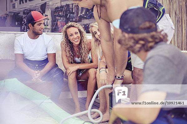 Junge Freunde im Surfshop