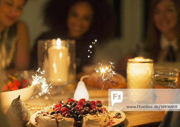 Wunderkerzen auf Beeren-Pavlova-Dessert auf Kerzenleuchttisch