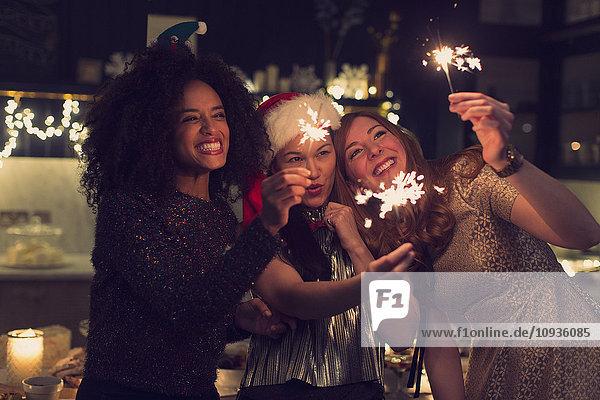 Verspielte junge Frauen mit Wunderkerzen
