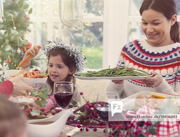 Mutter und Tochter beim Weihnachtsessen