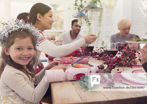 Portrait lächelndes Mädchen beim Weihnachtsessen