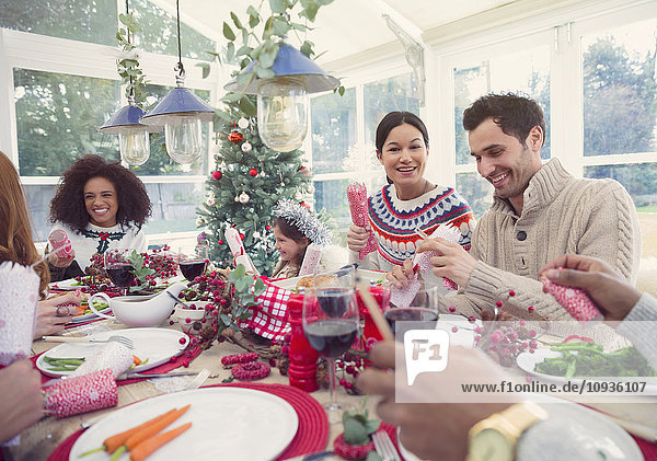 Familie genießt Weihnachtsessen
