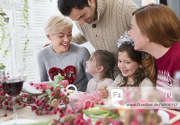 Lächelnde Familie beim Weihnachtsessen
