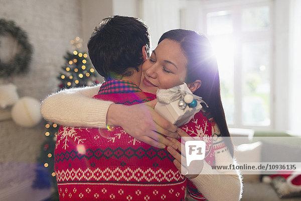 Grateful Freundin mit Weihnachtsgeschenk Umarmung Freund