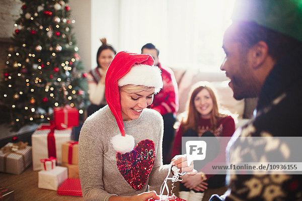 Girlfriend Eröffnung Weihnachtsgeschenk von Freund im Wohnzimmer