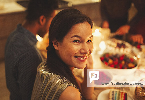 Portrait lächelnde Frau bei Kerzenlicht Dinnerparty