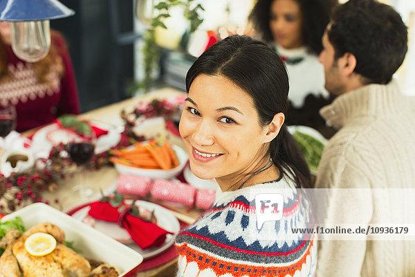 Portrait lächelnde Frau beim Weihnachtsessen