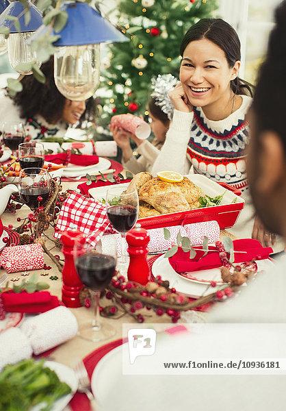 Lächelnde Frau beim Weihnachtsessen