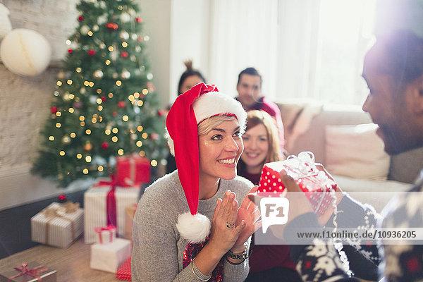 Freund schenkt aufgeregte Freundin Weihnachtsgeschenk