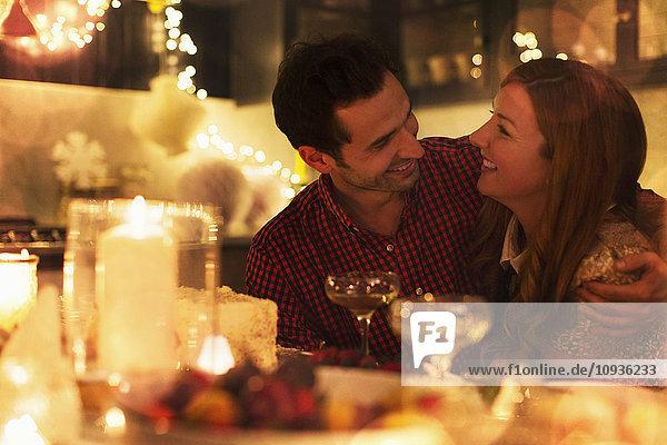 Liebevolles Pärchen beim Candlelight-Weihnachtsessen