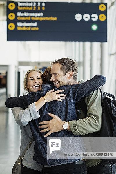 Zufriedene Geschäftsfreunde am Flughafen