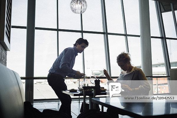 Geschäftsleute im Café am Flughafen