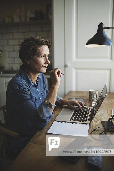 Nachdenklicher Industriedesigner im Home-Office