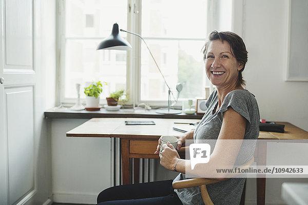 Seitenansicht Porträt eines glücklichen Industriedesigners im Home Office