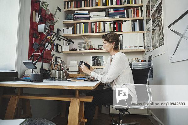 Seitenansicht des Industriedesigners bei der Produktanalyse im Home-Office