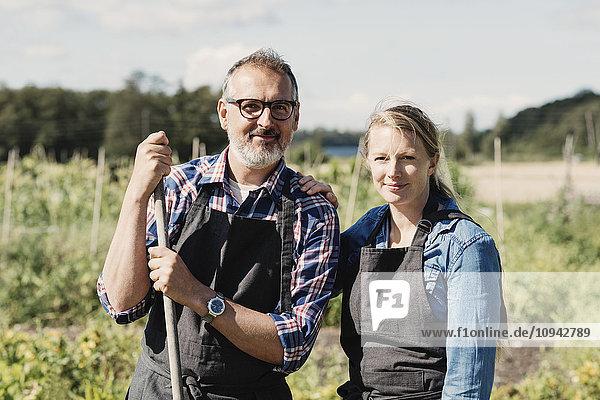 Porträt der glücklichen Bauern im Biobauernhof