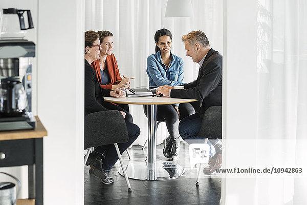 Glückliche Geschäftskollegen bei der Planung des Treffens
