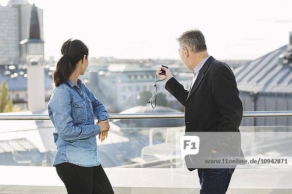 Geschäftsmann  der Kollegen im Büro Gebäude zeigt